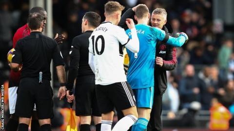 Solskjaer congratulates goalkeeper David de Gea after victory at Fulham