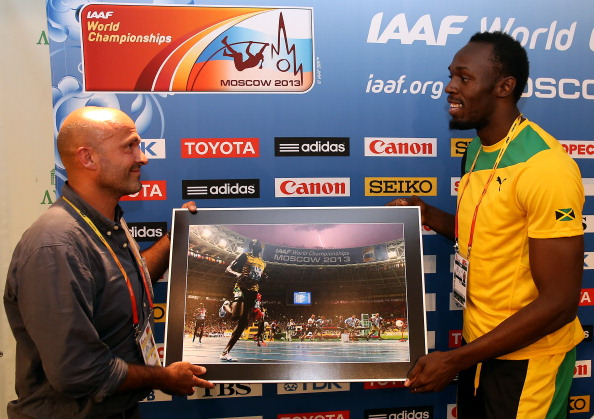The two key actors meet as Olivier presents Bolt with a special copy of the photo